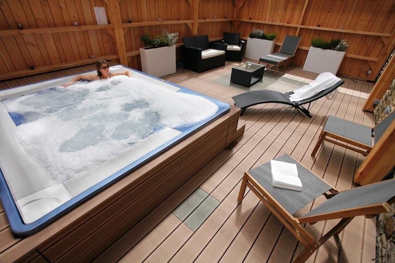 le jacuzzi lieu de d tente convivial institut spa broc liande. Black Bedroom Furniture Sets. Home Design Ideas